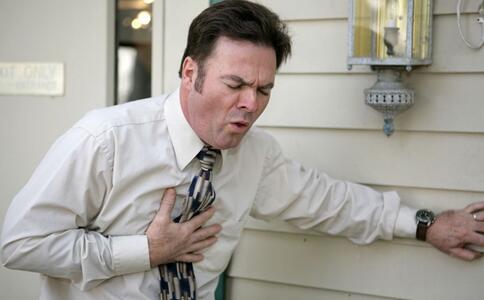 八大征兆预示心梗原因不明的胸背