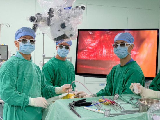 """戴着3D眼镜、看着4K屏幕,珠海这群医生做手术有了新""""神器""""!"""